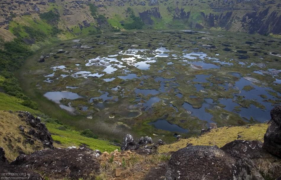 Через полчаса внизу слева показался кратер, без всякого предупреждения.  Ох и страшен же он был, но и красив...