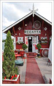 """Деревянный домик, где располагается кафе """"Регата""""."""