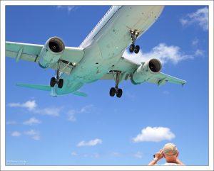 До самолетов здесь можно почти дотянуться рукой. Пляж Махо.