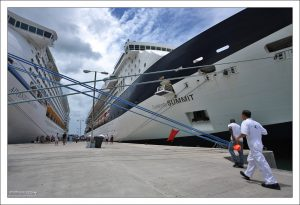 """Celebrity Summit"" и ""Adventure of the Seas"" пришвартованные к причалу в городе Сент-Джонс."