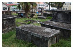 Старые надгробные плиты на погосте собора St. John's Cathedral, многие из которых датируются семнадцатым веком.