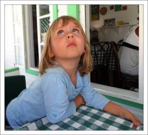 """Саша в кафе """"Hemingway's"""" в порту Сент-Джонса."""