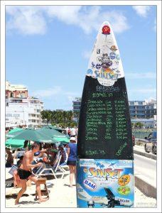 Расписание прибытия самолетов, вывешенное на пляже Maho beach.